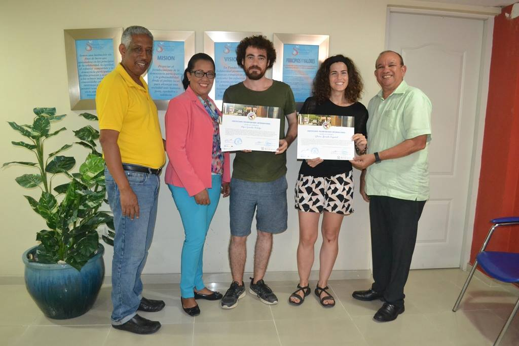 De izquierda a derecha, Alfredo Matías (Coordinador del proyecto en Fundación Solidaridad), Ana Vásquez (Directora del Centro Integral para el Desarrollo Local), Edgar González (Voluntario), Glòria Jurado (Voluntaria) y Juan Castillo (Director ejecutivo de Fundación Solidaridad)
