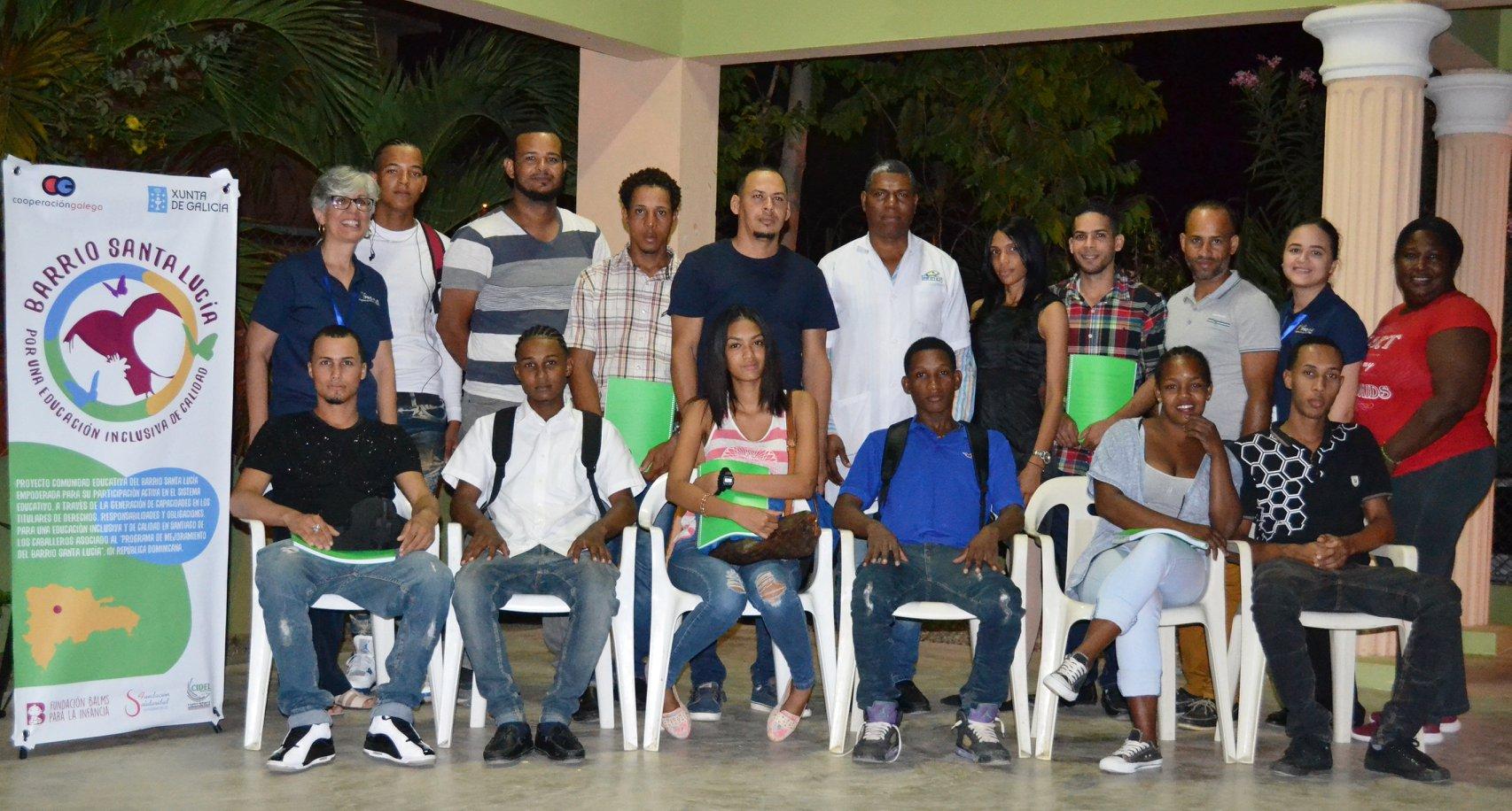 En el Barrio Santa Lucía alumnos y alumnas del curso de electricista de instalaciones básicas residenciales a la finalización del mismo junto a sus profesores.